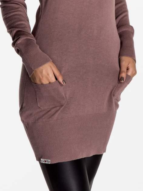 Jasnofioletowa dzianinowa sukienka z perełkami na ramionach                                  zdj.                                  5