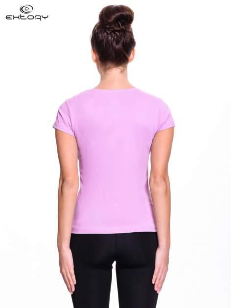 Jasnofioletowy damski t-shirt sportowy z dekoltem U                                  zdj.                                  2