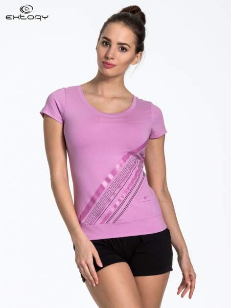 Jasnofioletowy sportowy t-shirt z ukośnym nadrukiem                                   zdj.                                  1