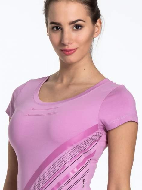 Jasnofioletowy sportowy t-shirt z ukośnym nadrukiem                                   zdj.                                  5