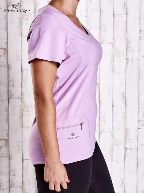 Jasnofioletowy t-shirt z kieszonką i dłuższym tyłem PLUS SIZE                                  zdj.                                  3
