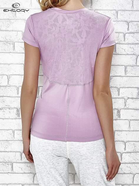 Jasnofioletowy t-shirt z modelującymi przeszyciami                                  zdj.                                  2