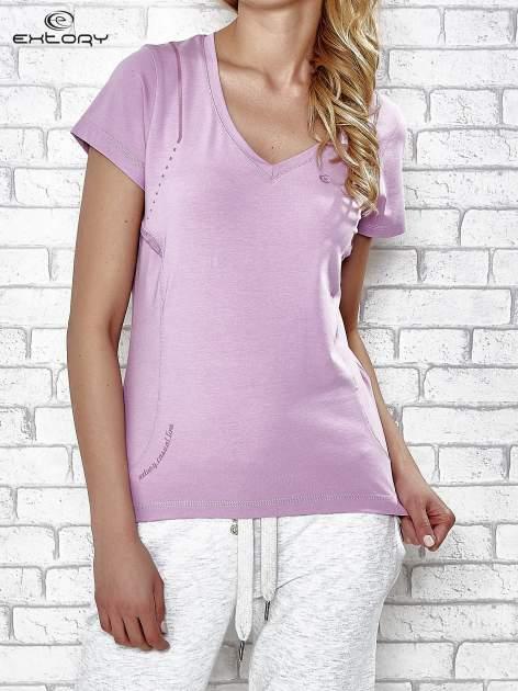 Jasnofioletowy t-shirt z trójkątnym dekoltem                                  zdj.                                  1
