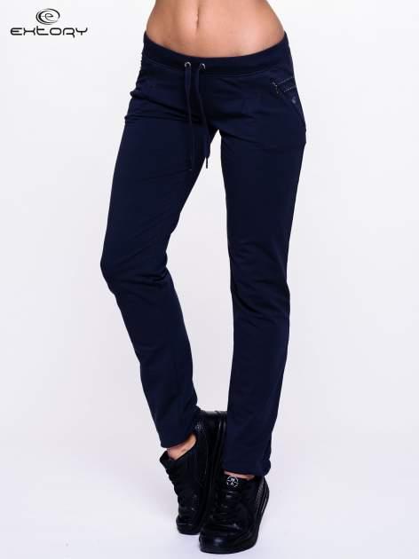 Jasnogranatowe spodnie dresowe z dżetami przy kieszeniach