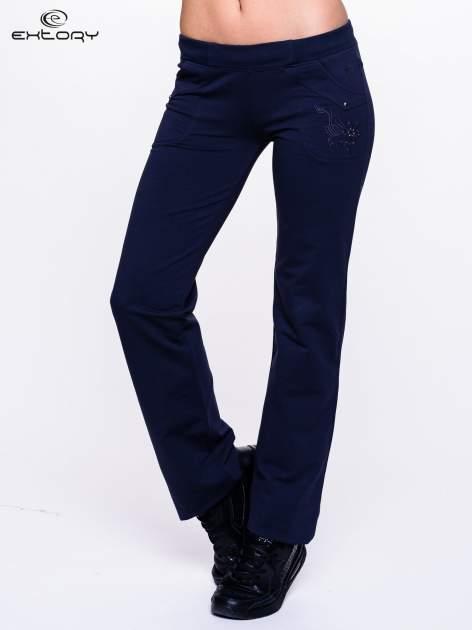 Jasnogranatowe spodnie dresowe z kwiatem z dżetami