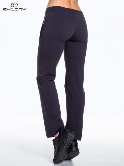 Jasnogranatowe spodnie dresowe z kwiatem z dżetami i przeszyciem                                  zdj.                                  4