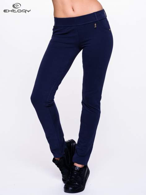 Jasnogranatowe spodnie dresowe ze złotymi napami                                  zdj.                                  1