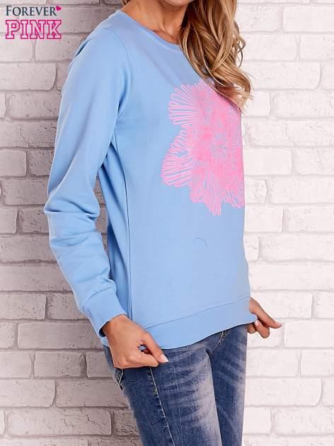 Jasnoniebieska bluza z kolorowym nadrukiem                                  zdj.                                  3