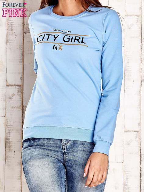 Jasnoniebieska bluza z napisem CITY GIRL                                  zdj.                                  1