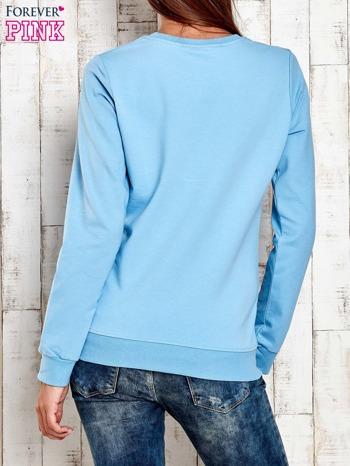 Jasnoniebieska bluza z tekstowym nadrukiem                                  zdj.                                  2