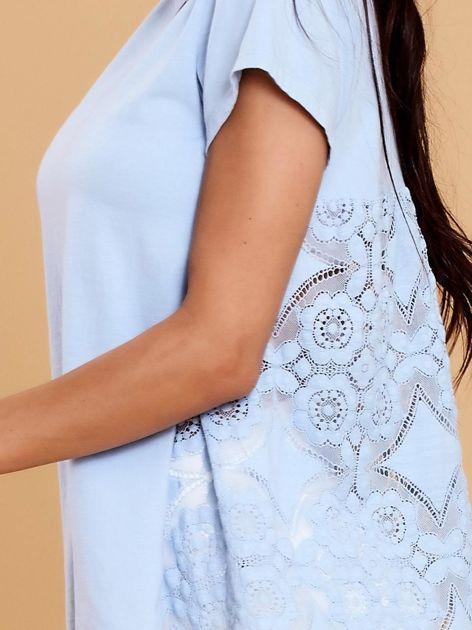 Jasnoniebieska bluzka z koronkową wstawką na plecach                              zdj.                              5