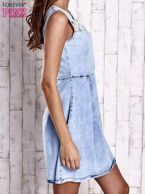 Jasnoniebieska jeansowa sukienka z koronkową wstawką                                  zdj.                                  3