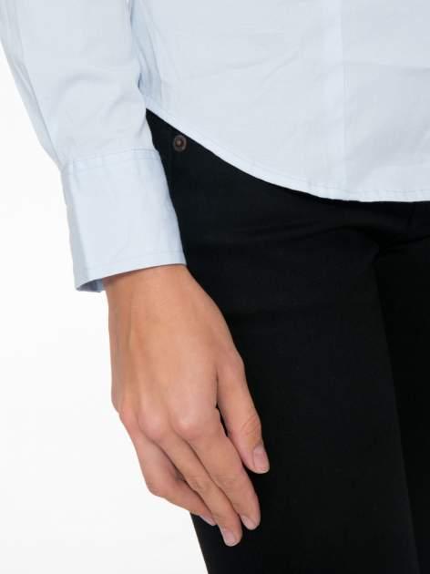 Jasnoniebieska koszula damska odcinana pod biustem z marszczeniem                                  zdj.                                  7