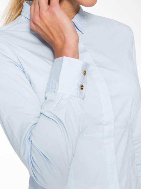 Jasnoniebieska koszula damska odcinana pod biustem z marszczeniem                                  zdj.                                  6