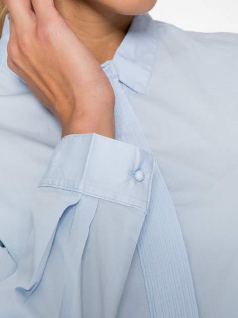 Jasnoniebieska koszula damska z ozdobną listwą                                  zdj.                                  6