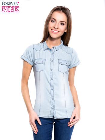 Jasnoniebieska koszula jeansowa z przetarciami na krótki rękaw