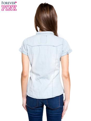 Jasnoniebieska koszula jeansowa z przetarciami na krótki rękaw                                   zdj.                                  4