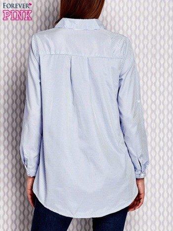 Jasnoniebieska koszula w paski z kwiatową naszywką                              zdj.                              2