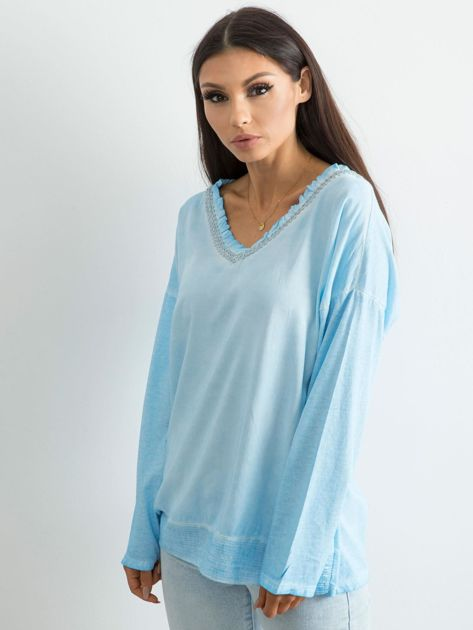 Jasnoniebieska luźna bluzka w serek                              zdj.                              1