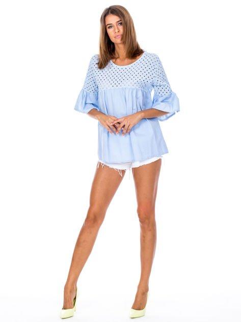 Jasnoniebieska odcinana bluzka z szerokimi rękawami                              zdj.                              4