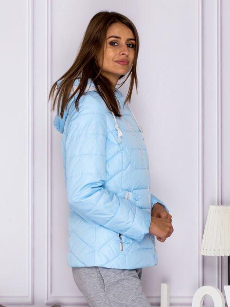 Jasnoniebieska pikowana kurtka przejściowa z ozdobnymi suwakami                                  zdj.                                  3