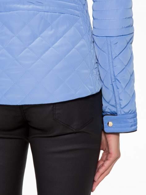 Jasnoniebieska pikowana kurtka ze skórzaną lamówką                                  zdj.                                  12