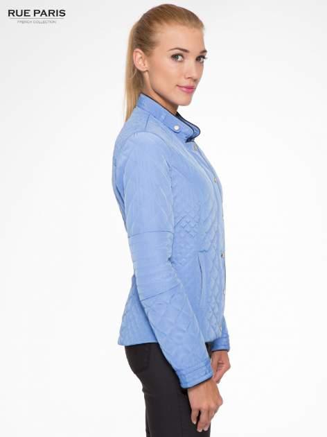 Jasnoniebieska pikowana kurtka ze skórzaną lamówką                                  zdj.                                  3