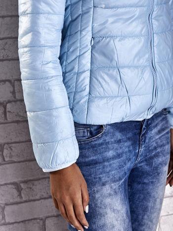 Jasnoniebieska przejściowa kurtka z kapturem i kieszeniami                                  zdj.                                  9