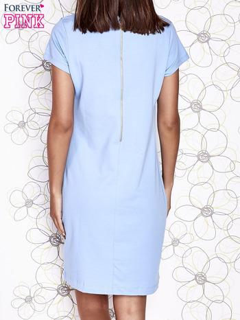 Jasnoniebieska sukienka dresowa o prostym kroju                                  zdj.                                  4