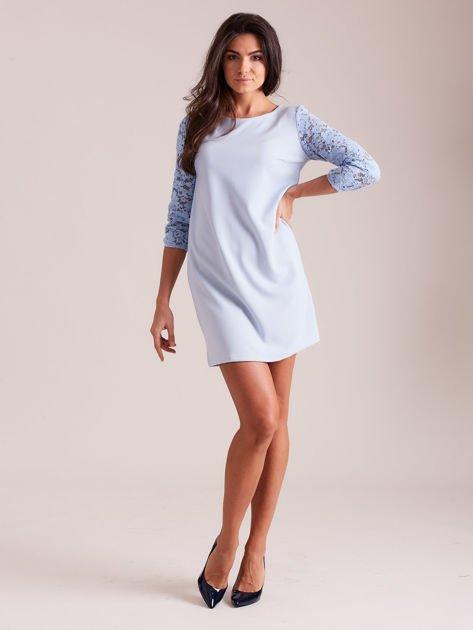 Jasnoniebieska sukienka z koronkowymi rękawami PLUS SIZE                              zdj.                              4