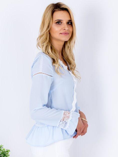 Jasnoniebieska szyfonowa bluzka z koronkowymi wstawkami                                  zdj.                                  3