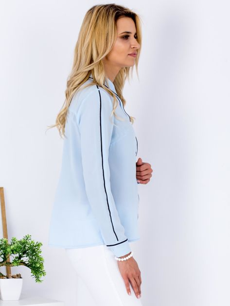Jasnoniebieska szyfonowa koszula z ciemną lamówką                                  zdj.                                  3