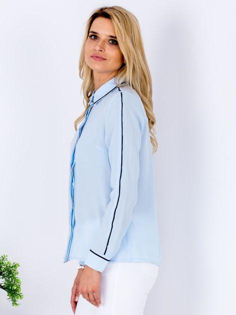 Jasnoniebieska szyfonowa koszula z ciemną lamówką                                  zdj.                                  5