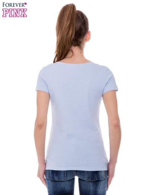 Jasnoniebieski basicowy t-shirt z dekoltem w serek                                  zdj.                                  4