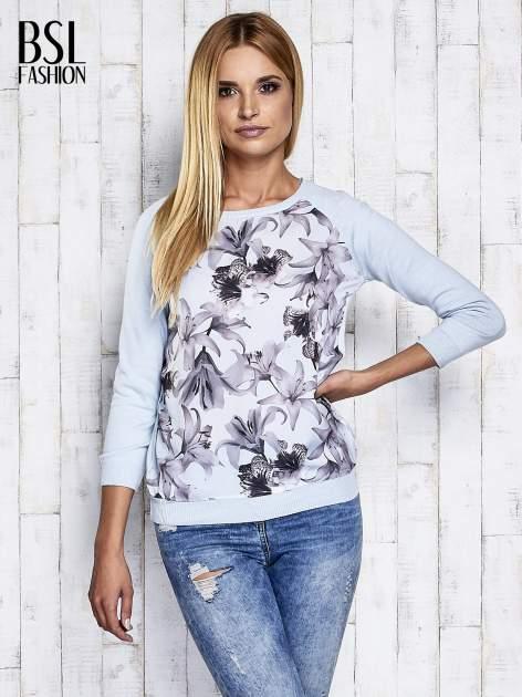 Jasnoniebieski kwiatowy sweter z łączonych materiałów                                  zdj.                                  5