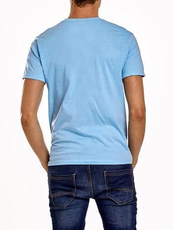 Jasnoniebieski t-shirt męski z nadrukiem i napisem COLLEGE 1986                                  zdj.                                  2