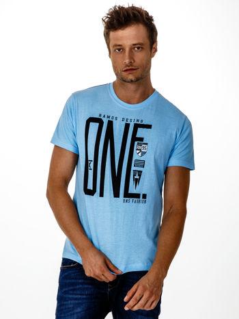 Jasnoniebieski t-shirt męski z nadrukiem i napisem ONE                                  zdj.                                  1