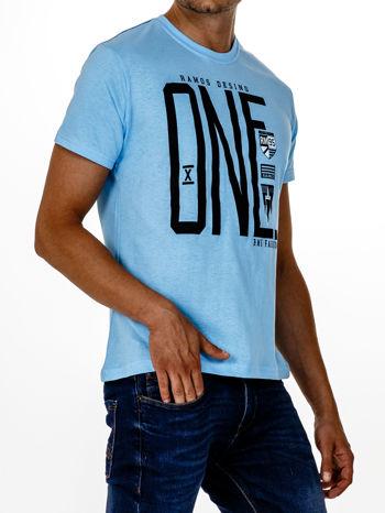 Jasnoniebieski t-shirt męski z nadrukiem i napisem ONE                                  zdj.                                  3
