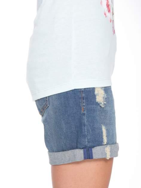 Jasnoniebieski t-shirt z kwiatowym nadrukiem i złotym napisem                                  zdj.                                  8