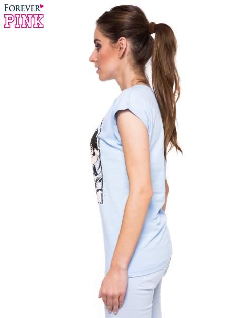 Jasnoniebieski t-shirt z nadrukiem pocałunku                                  zdj.                                  2