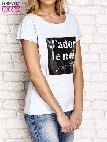 Jasnoniebieski t-shirt z napisem J'ADORE LE NOIR                                  zdj.                                  4