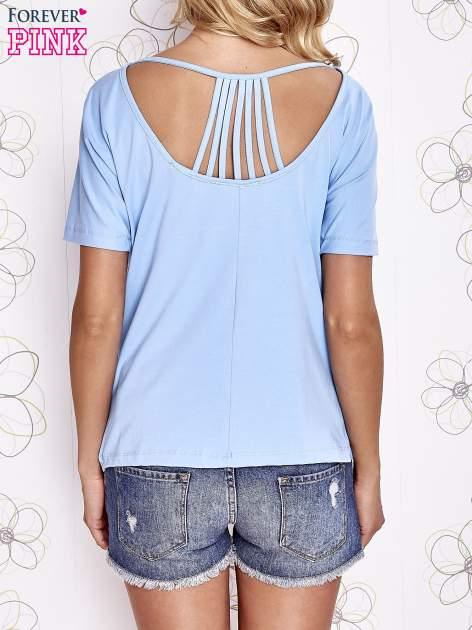 Jasnoniebieski t-shirt z napisem JE T'AIME i dekoltem na plecach                                  zdj.                                  4