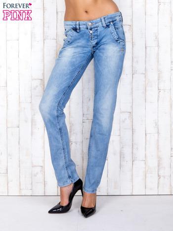 Jasnoniebieskie denimowe spodnie z haftowanymi elementami