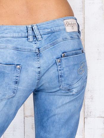 Jasnoniebieskie denimowe spodnie z haftowanymi elementami                                  zdj.                                  5