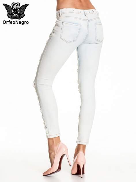 Jasnoniebieskie dopasowane spodnie trash jeans                                  zdj.                                  4