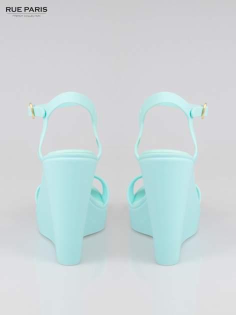 Jasnoniebieskie gumowe sandały na koturnie                                  zdj.                                  3