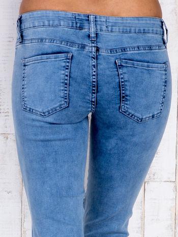 Jasnoniebieskie jeansowe spodnie ze wstawkami nad kolanami                                  zdj.                                  5