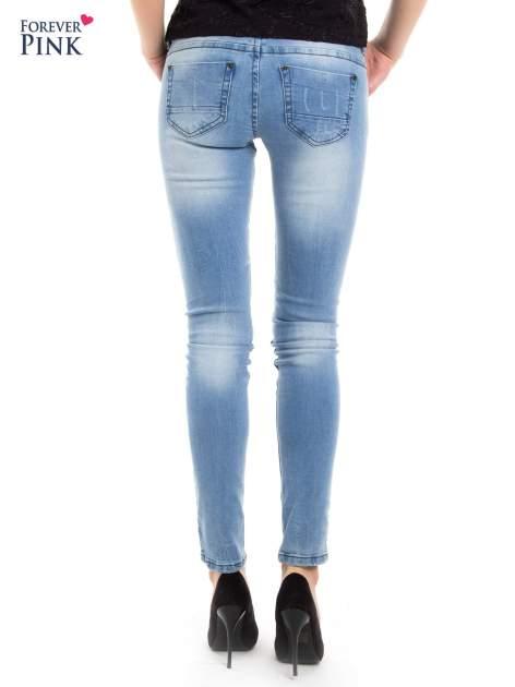 Jasnoniebieskie jeansy biodrówki na dwa guziki                                  zdj.                                  3
