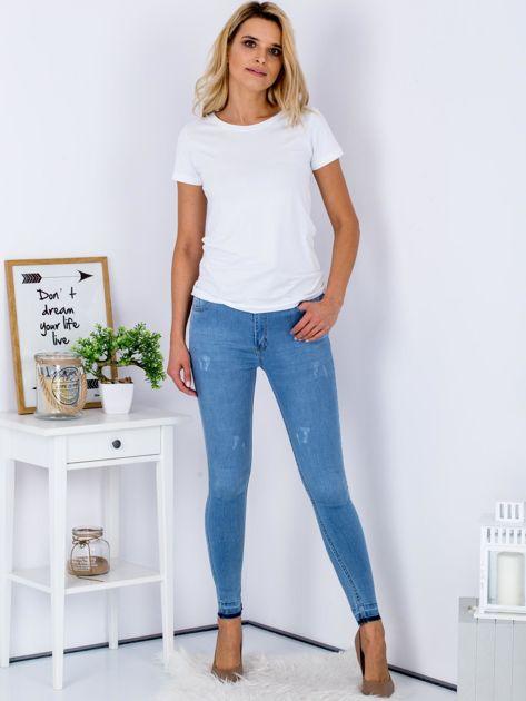 Jasnoniebieskie jeansy skinny z surowym wykończeniem                               zdj.                              4