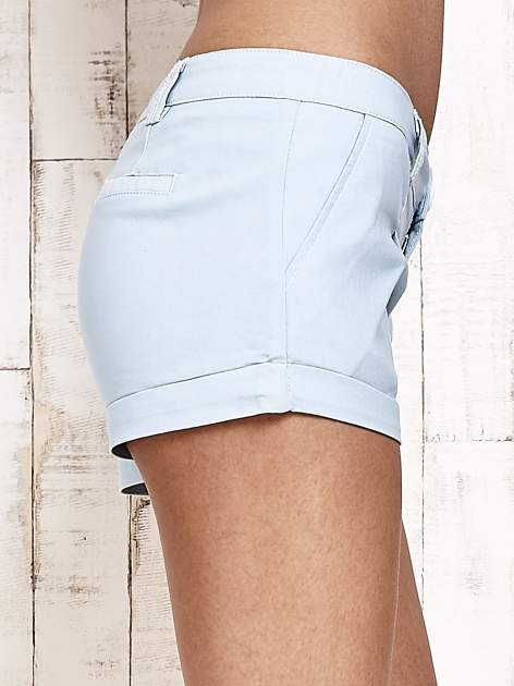 Jasnoniebieskie materiałowe szorty z podwijaną nogawką                                  zdj.                                  6